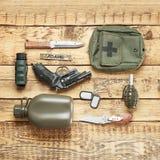 Σύνολο στρατιωτικού εξοπλισμού στο ξύλινο υπόβαθρο στοκ εικόνες με δικαίωμα ελεύθερης χρήσης