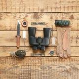 Σύνολο στρατιωτικού εξοπλισμού στο ξύλινο υπόβαθρο στοκ φωτογραφία με δικαίωμα ελεύθερης χρήσης
