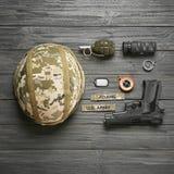 Σύνολο στρατιωτικού εξοπλισμού στο ξύλινο υπόβαθρο στοκ φωτογραφία