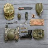 Σύνολο στρατιωτικού εξοπλισμού στο ξύλινο υπόβαθρο στοκ εικόνα με δικαίωμα ελεύθερης χρήσης