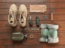 Σύνολο στρατιωτικών μποτών εξοπλισμού και αγώνα στοκ φωτογραφίες