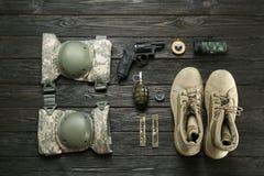 Σύνολο στρατιωτικών μποτών εξοπλισμού και αγώνα στοκ φωτογραφία με δικαίωμα ελεύθερης χρήσης
