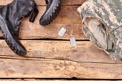Σύνολο στρατιωτικών μποτών εξοπλισμού και αγώνα στοκ εικόνα με δικαίωμα ελεύθερης χρήσης