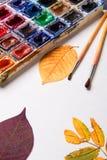 Σύνολο συλλογής εξαρτημάτων καλλιτεχνών με τα φύλλα φθινοπώρου Καμβάς για τη ζωγραφική, βούρτσες τέχνης, παλέτα στοκ εικόνες με δικαίωμα ελεύθερης χρήσης