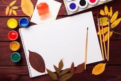 Σύνολο συλλογής εξαρτημάτων καλλιτεχνών με τα φύλλα φθινοπώρου Καμβάς για τη ζωγραφική, βούρτσες τέχνης, παλέτα στοκ εικόνες