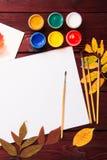 Σύνολο συλλογής εξαρτημάτων καλλιτεχνών με τα φύλλα φθινοπώρου Καμβάς για τη ζωγραφική, βούρτσες τέχνης, παλέτα στοκ φωτογραφία με δικαίωμα ελεύθερης χρήσης