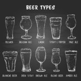 Σύνολο συρμένων χέρι τύπων γυαλιών μπύρας στον πίνακα διανυσματική απεικόνιση