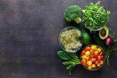 Σύνολο συστατικών για τη σαλάτα detox στο σκοτεινό υπόβαθρο Στοκ φωτογραφία με δικαίωμα ελεύθερης χρήσης