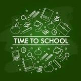 Σύνολο σχολικών στοιχείων στον πράσινο πίνακα απεικόνιση αποθεμάτων