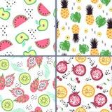 Σύνολο τεσσάρων άνευ ραφής σχεδίων με τα φωτεινά φρούτα ύφους doodle διανυσματική απεικόνιση
