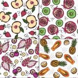 Σύνολο τεσσάρων άνευ ραφής σχεδίων με τα φωτεινά φρούτα ύφους doodle απεικόνιση αποθεμάτων