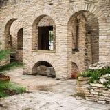 Σύνολο τριών πέτρινων αψίδων στο patio διαδρόμων στοκ φωτογραφίες