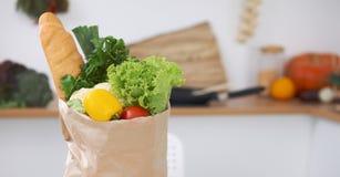 Σύνολο τσαντών εγγράφου των λαχανικών στον πίνακα στο εσωτερικό κουζινών Υγιές γεύμα και χορτοφάγος έννοια Στοκ Εικόνες