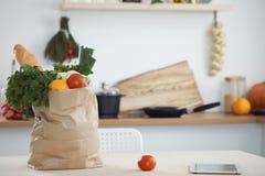 Σύνολο τσαντών εγγράφου των λαχανικών στον πίνακα στο εσωτερικό κουζινών Υγιές γεύμα και χορτοφάγος έννοια Στοκ Εικόνα