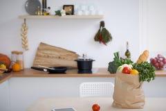 Σύνολο τσαντών εγγράφου των λαχανικών στον πίνακα στο εσωτερικό κουζινών Υγιές γεύμα και χορτοφάγος έννοια Στοκ Φωτογραφία