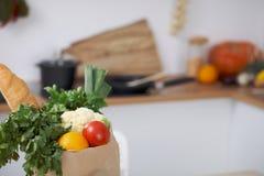 Σύνολο τσαντών εγγράφου των λαχανικών στον πίνακα στο εσωτερικό κουζινών Υγιές γεύμα και χορτοφάγος έννοια Στοκ φωτογραφία με δικαίωμα ελεύθερης χρήσης