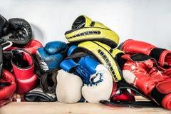 Σύνολο φορεμένων εγκιβωτίζοντας και kickboxing εξαρτημάτων: γάντια, περικαλύμματα χεριών, μαξιλάρι διατρήσεων εστίασης Στοκ φωτογραφία με δικαίωμα ελεύθερης χρήσης