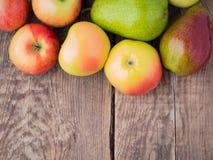 Σύνολο φρούτων αχλαδιών και μήλων στην ξύλινη αγροτική επιτραπέζια αντίκα Στοκ εικόνα με δικαίωμα ελεύθερης χρήσης