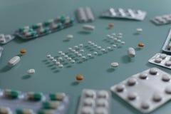 Σύνολο χαλαρών χαπιών και πλήρων ταμπλετών στον πράσινο πίνακα γυαλιού στοκ φωτογραφίες με δικαίωμα ελεύθερης χρήσης