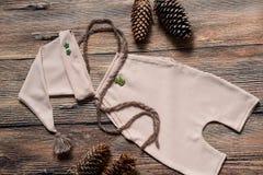 Σύνολο Χριστουγέννων ενδυμάτων για έναν βλαστό φωτογραφιών ενός νεογέννητου Στοκ Φωτογραφίες