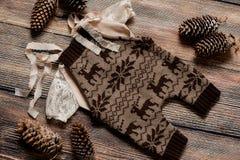 Σύνολο Χριστουγέννων ενδυμάτων για έναν βλαστό φωτογραφιών ενός νεογέννητου Στοκ εικόνα με δικαίωμα ελεύθερης χρήσης
