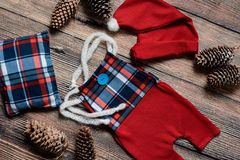 Σύνολο Χριστουγέννων ενδυμάτων για έναν βλαστό φωτογραφιών ενός νεογέννητου Στοκ φωτογραφίες με δικαίωμα ελεύθερης χρήσης