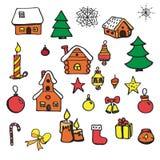 Σύνολο χριστουγεννιάτικου δέντρου στοιχείων Χριστουγέννων, κεριά, σπίτια, κάλτσες, σφαίρες, δώρα Σκίτσο σε ένα άσπρο υπόβαθρο Στοκ Εικόνες