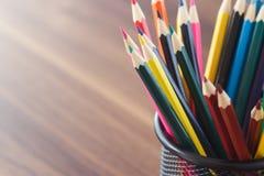 Σύνολο χρωματισμένων μολυβιών στο γραφείου φλυτζάνι στοκ φωτογραφία με δικαίωμα ελεύθερης χρήσης
