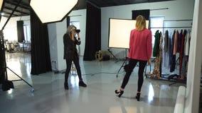 Σύνολο χώρου εργασίας φωτογράφων μόδας παρασκηνίων απόθεμα βίντεο