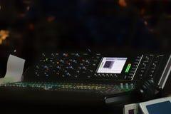 Σύνολο ψηφιακού αναμίκτη ήχου και μουσικής στούντιο σε μουτζουρωμένο Στοκ Εικόνες