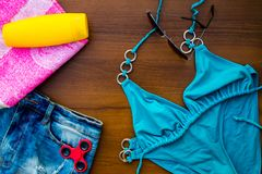 Σύνολο beachwear στο ξύλινο υπόβαθρο στοκ εικόνα με δικαίωμα ελεύθερης χρήσης