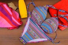 Σύνολο beachwear στο ξύλινο υπόβαθρο στοκ φωτογραφίες με δικαίωμα ελεύθερης χρήσης