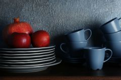 Σύνολο dinnerware και φρούτων στοκ φωτογραφία με δικαίωμα ελεύθερης χρήσης