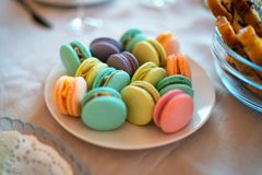 Σύνολο Macaroon χρώματος σε ένα πιάτο στοκ φωτογραφίες