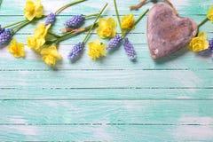 Σύνορα από τα λουλούδια άνοιξη και τη διακοσμητική καρδιά Στοκ φωτογραφία με δικαίωμα ελεύθερης χρήσης