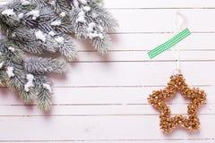 Σύνορα από το δέντρο γουνών κλάδων και το διακοσμητικό αστέρι Χριστουγέννων επάνω Στοκ φωτογραφίες με δικαίωμα ελεύθερης χρήσης
