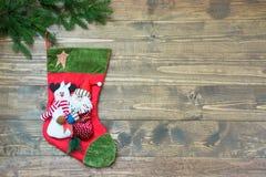 Σύνορα διακοπών Χριστουγέννων με την κάλτσα στον ξύλινο πίνακα Κάρτα διακοπών με το διάστημα αντιγράφων Τοπ όψη στοκ φωτογραφία με δικαίωμα ελεύθερης χρήσης