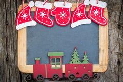 Σύνορα διακοσμήσεων χριστουγεννιάτικων δέντρων στον εκλεκτής ποιότητας ξύλινο πίνακα στοκ φωτογραφία