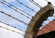 Σύνορα μιας φυλακής με οδοντωτό - καλώδιο Στοκ Εικόνες