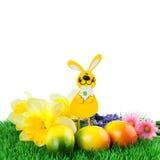 Σύνορα Πάσχας - αυγό Πάσχας με το λαγουδάκι Πάσχας στην πράσινη χλόη Στοκ φωτογραφία με δικαίωμα ελεύθερης χρήσης
