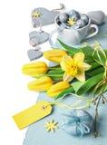 Σύνορα Πάσχας με τις κίτρινες τουλίπες και χλωμός - μπλε διακόσμηση άνοιξη Στοκ Εικόνα