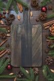 Σύνορα Χριστουγέννων με το συστατικό για το μαγείρεμα των τροφίμων διακοπών με το διάστημα αντιγράφων στον τέμνοντα πίνακα στοκ εικόνες