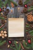 Σύνορα Χριστουγέννων με το συστατικό για το μαγείρεμα των τροφίμων διακοπών με το διάστημα αντιγράφων στον τέμνοντα πίνακα στοκ φωτογραφία