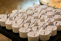 Σύνολα τσαγιού, άσπρα φλυτζάνια καφέ συλλογής, μπουφές, να εξυπηρετήσει Στοκ Φωτογραφίες