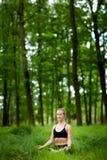 Σύνοδος γιόγκας Medetation στα ξύλα Στοκ Φωτογραφίες