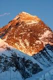 Σύνοδος Κορυφής του όρους Everest στο ηλιοβασίλεμα στοκ εικόνα