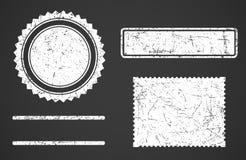 Σύνολο άσπρων διαφορετικών μορφών προτύπων γραμματοσήμων grunge που απομονώνονται στο σκοτεινό υπόβαθρο απεικόνιση αποθεμάτων