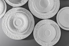 Σύνολο άσπρων κεραμικών κατασκευασμένων πιάτων στοκ φωτογραφία με δικαίωμα ελεύθερης χρήσης