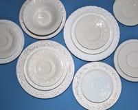 Σύνολο άσπρων κεραμικών κατασκευασμένων πιάτων στοκ φωτογραφίες