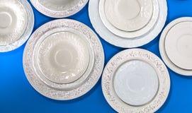 Σύνολο άσπρων κεραμικών κατασκευασμένων πιάτων στοκ εικόνες με δικαίωμα ελεύθερης χρήσης